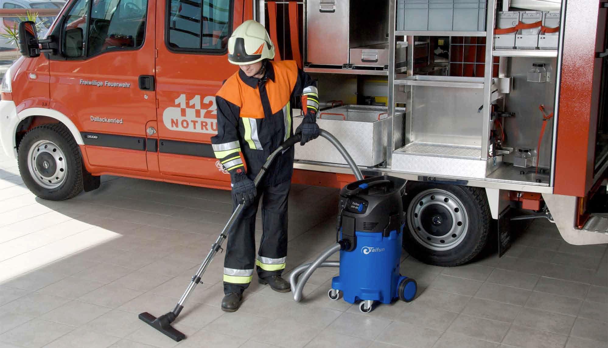 Feuerwehrmann nutzt den Taifun Wassersauger
